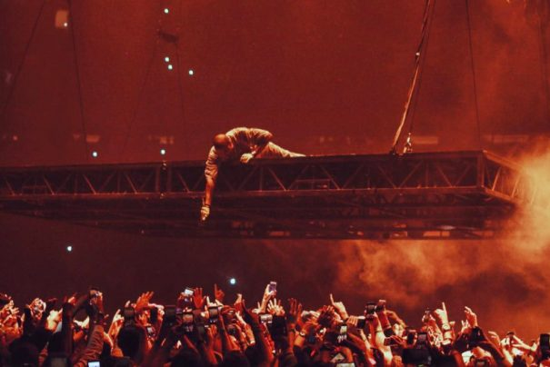 kanye-west-floating-stage-not-original-001